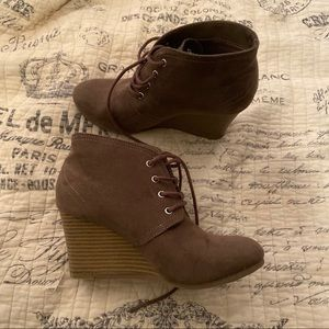 Arizona ankle boots size 6.5